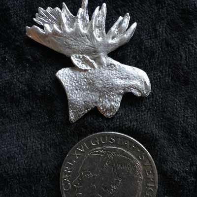 Pins Älghuvud 1. Handgjuten i tenn med mycket fina detaljer