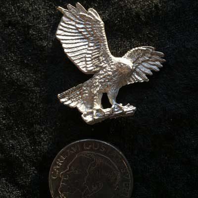 Pins Flygande Örn. handgjuten i tenn med fina detaljer