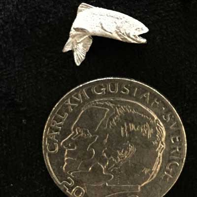 Pin liten öring 2. Handgjuten i tenn med fina detaljer