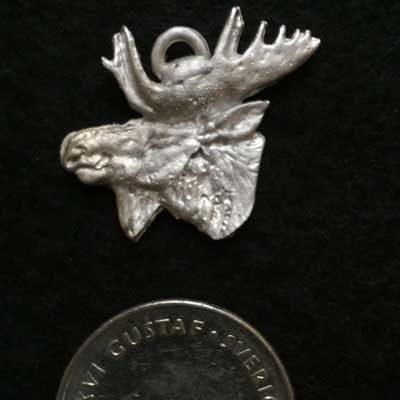 Smycke Älghuvud 2. Handgjuten i tenn med mycket fina detaljer
